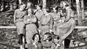 Lottia lottapuvuissaan vuonna 1933
