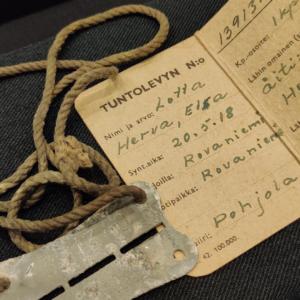 Vuonna 1918 syntyneen rovaniemeläisen lotan, Elsa Hervan, tuntolevy on myös esillä pienoisnäyttelyssä. Kuva: Lapin maakuntamuseo